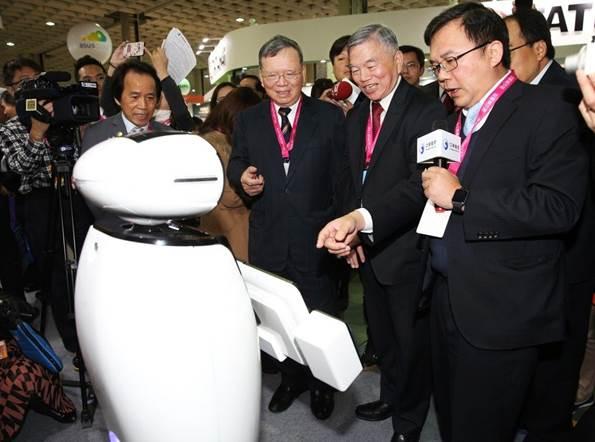 「中華電信打造智慧城市 iBobby迎賓機器人超吸睛」